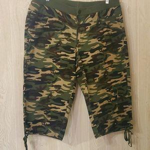 Venezia army pattern cargo shorts size 18